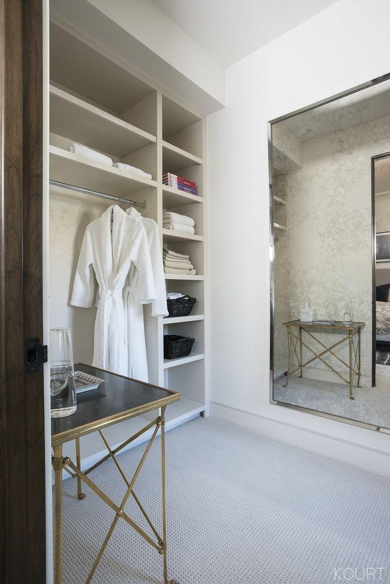 kourtney-kardashian-guest-bedroom-03-1513374748