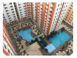 Area kolam renang yang luas dikelilingi kios bisnis seperti design interior, penjual makanan dan laundry